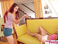 Две молодые девушки и один парень на диване устроили реальные потрахушки