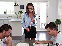 Мамочка в очках раздвигает ноги в чулках для секса с двумя с...