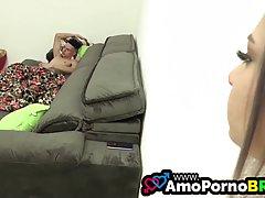 Молодая блондинка на кровати дает парню возможность трахнуть ее сочную щелочку