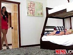 Элисон пошла в спальню Пайпер потому что она хотела заняться...