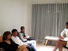 Мамочка и толпа возбужденных мужчин устроили на кровати групповой анал