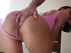 Брюнетка отодвинула розовые трусики и подставила большую попу для анального секса