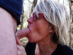 Зрелая женщина прямо в посадке встала на колени, открыла рот...