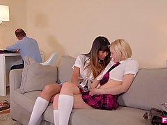 Две молодые студентки в униформе студенток занимаются сексом...