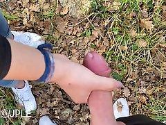 Брюнетка на природе встала на колени, открыла ротик для мине...