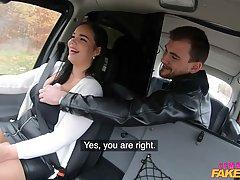 Девушка-таксистка с большими сиськами и в чулках соблазнила парня в машине на секс