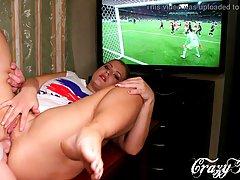 Блондинка отвлекет своего любовника от футбола королевским м...