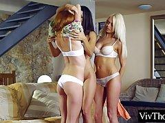 Три лесбиянки на диване полируют друг другу влажные отверсти...