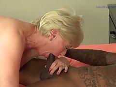Зрелая женщина и ее молодой чернокожий любовник занимаются г...