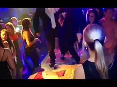 Девушки во время вечеринки устроили групповуху в ночном клуб...