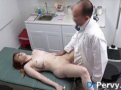 В больнице рыжая девушка подставляет сочную пилотку для секс...