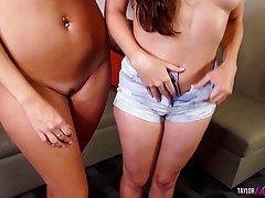 Блондинка и брюнетка - нежные лесбиянки, которые обожают секс на веб камеру