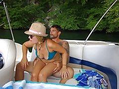 Парень и его подруга прямо на яхте снимают домашнее порно, з...