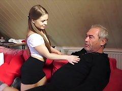 Молодая сучка решила трахнутся с старым мужиком...