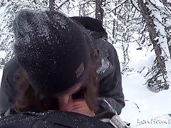 Милая брюнетка отсасывает своему парню член в снегу в местно...