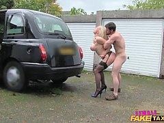 Сиськастая блондинка работает в качестве водителя такси пото...