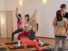 После тренировки тренер трахает двух потных девушек в студии...