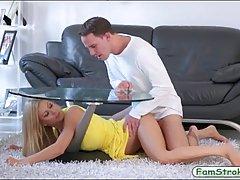 Мамаша в желтом платье Алексис Fawx трахает своего друга на ...