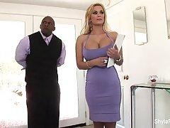 Грудастая девушка в красивом платье Шила трахается в новой к...