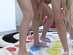 Голые Лесби девушки играют в грязные секс игры на полу в первый раз