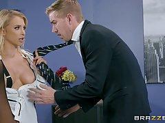 Красивый секретарь блондинка Аликс Рысь дает Минет в ее жена...