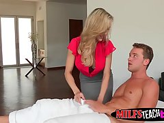 Две горячие девушки в спальне с парнем трахаться