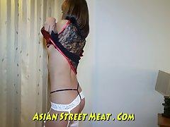 Азиатская шлюха в белых чулках и подвязки занимаясь сексом с...