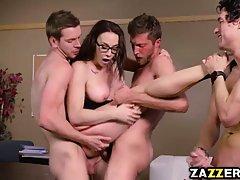 Сексуальный профессор в чулках поимели ее учеников в передне...