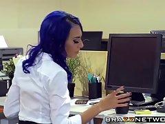Сексуальные девушки трахаются с своими коллегами по работе во время кофе брейка