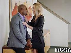 Стройная блондинка носит эротическое белье под рабочую одежду и её долбит большой черный член