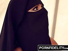 Арабская сучка в черных чулках Кармен Белла получает большой...