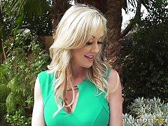Соблазнительная блондинка-домохозяйка Брэнди Лав пригласила ...