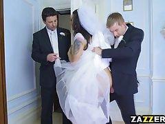 Сексуальная невеста решила по трахатся на своей свадьбе и её...