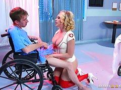 Великолепная блондинка медсестра Кэгни Линн самая популярная женщина которая обажает секс с пациентами
