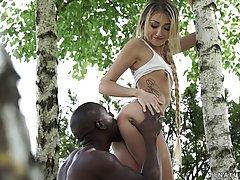 Стройная красотка и черный парень пошел в лес чтобы заняться...