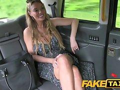 Пошлая шлюха с большыми сиськами решила устроить случайный секс с таксистом