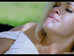 Парень трахает милую блондинку в парке