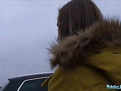 Озорная малышка трахается с незнакомцем в машине