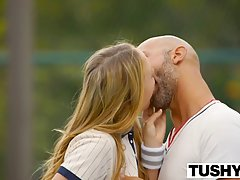 Милая девушка с колледжа часто занимается случайным сексом со своим тренером по теннису потому что он ей нравится