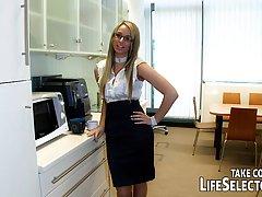 С большим нетерпением девушки работают в огромной компании и часто имеют дикий секс с колегами
