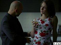 Сладкую мегеру в цветочном платье Аню Олсен поимел лысый парень