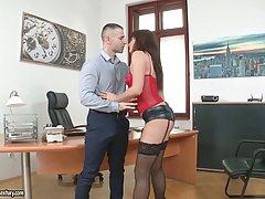 Сексуальная секретарька носит эротическое белье потому что она часто занимается сексом на работе