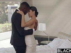 Молодая невеста Софья Леоне сосет большой черный член мужа и стонет от него