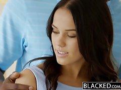 Меган это красивая голубоглазая малышка которая любит ебаться с черным красавчиком