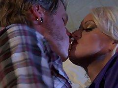 Красивая блондинка женщина получила в свою киску пока мужа не было дома