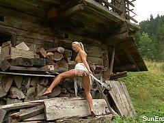 Колхозница позирует голая для фотографа...